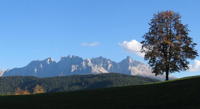 Blick auf die Latemar-Gruppe in Südtirol