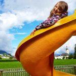 Mädchen auf der Rutsche am Spielplatz in Oberperfuss