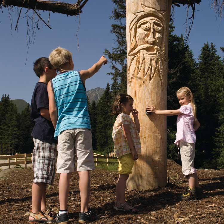Kinder hören sich eine der Baumbartgeschichten an