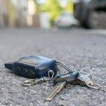 Ein verlorener Schlüsselbund liegt auf der Straße